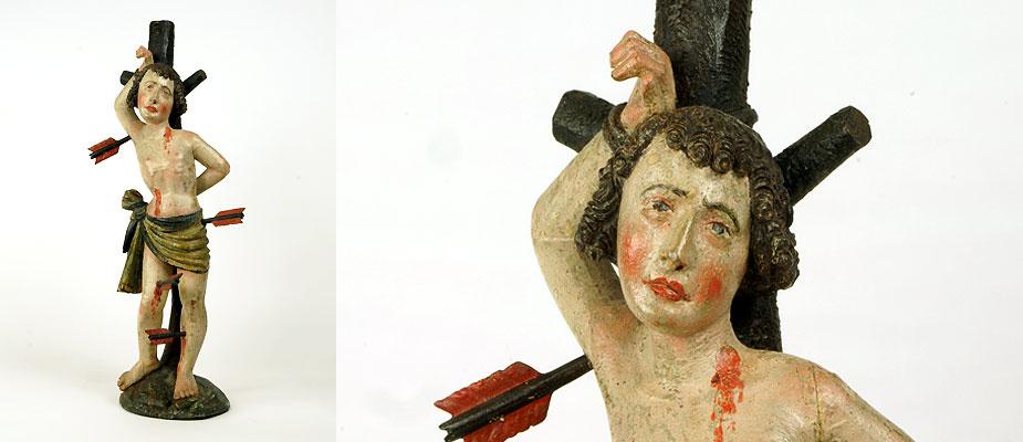 Gotischer Sebastian, stehend auf Wiesensockel an einen Baum gefesselt. Baum, Sockel und Körper aus einem Stück gefertigt. Vier Pfeile ergänzt, originale Farbfassung, Zirbenholz. Maße: H 50 x B 15 x T 10 cm Tirol um 1480