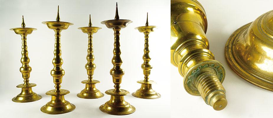 Satz von fünf Kirchenleuchtern, Rotbronze, gerillt, vierteilig geschraubt, Balusterschaft, Dorne aus Bronze. Maße: H 52 cm, Durchmesser Fuß 18 cm, Durchmesser Kerzenschale 15 cm Nürnberg um 1700