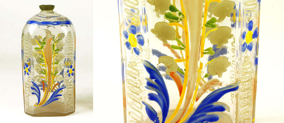 Schnapsflasche links: rechteckig, schräge Kanten, abgerundete Schulter, Zinneinfassung mit Korkstöpsel. Emailgemalter bunter Dekor mit Maiglöckchen und Blumen. Maße: H 15 x B 7 x T 5 cm um 1750 Schnapsflasche rechts: rechteckig, schräge Kanten, abgerundete Schulter und Schraubverschluss in Zinn. Emailgemalter bunter Dekor mit Vögeln und Ornamenten. Maße: H 17 x 7 x 6,5 cm um 1750