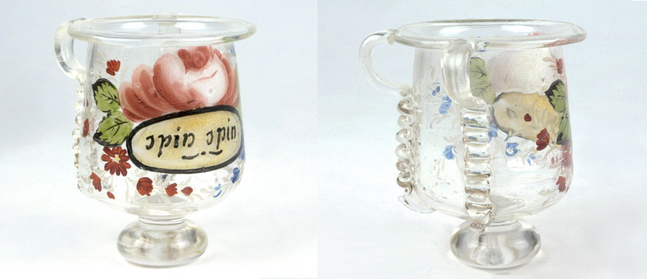 Spinnglas, Böhmen Biedermeier Glas mit Schriftkartusche in Blumenranken. Rückseitig Glasbügel zur Befestigung am Spinnrad. Maße: H 8 cm x Durchmesser 6,5 cm Böhmen um 1820,