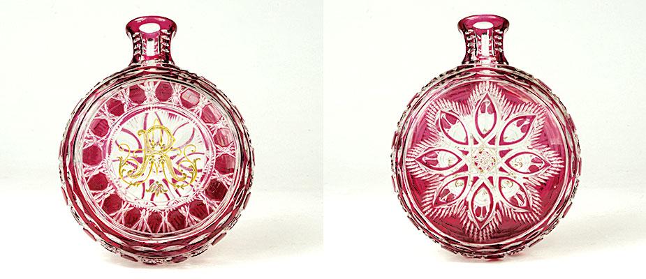 Schnupfglas mit rubinrotem Überfang, Schliffdekor und tiefgeschnittenem,vergoldetem Monogramm A R. Maße: H 14 x B 11 x T 4 cm Böhmen um 1860