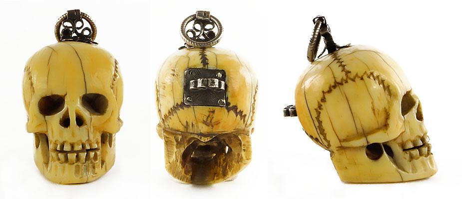 Rosenkranzanhänger aus Elfenbein mit Silbermontierung. Am Kopf eine gerippte Ringöse und Silberfiligran. Auf der Rückseite eine Öffnung mit einer Silberplatte verschlossen. Im Hohlraum des Kopfes eine Reliquie. Maße: H 3,8 x B 2,5 x T 2,9 cm Bayern um 1700
