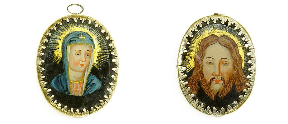 Rosenkranzanhänger, Süddeutsch Ovaler Anhänger mit Hinterglasbildern, Maria und Jesus. Die Glasscheiben an der Kante geschliffen. Die Zangenfassung graviert aus Messing. Maße: H 7 x B 5,5 x T 1,5 cm Bayern, 2. Hälfte 18. Jahrhundert