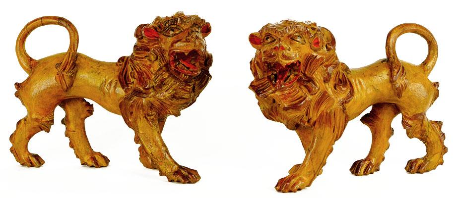 Grödener Löwen Paar schreitende Löwen in Zirbenholz geschnitzt. Originale Farbfassung in braun und gelb. Maße: B 18 x H 14 x T 6 cm Italien Grödnertal, Südtirol